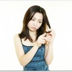 抜け毛に悩む女性の原因は30代という年代が関係している?毛細細胞の老化やヘアサイクル、女性ホルモンや蓄積されたダメージが抜け毛として現れる