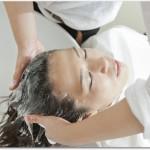女性の抜け毛に効果的な治療方法とは?私は頭皮マッサージや育毛シャンプー、皮膚科での薬を使って完治しました。